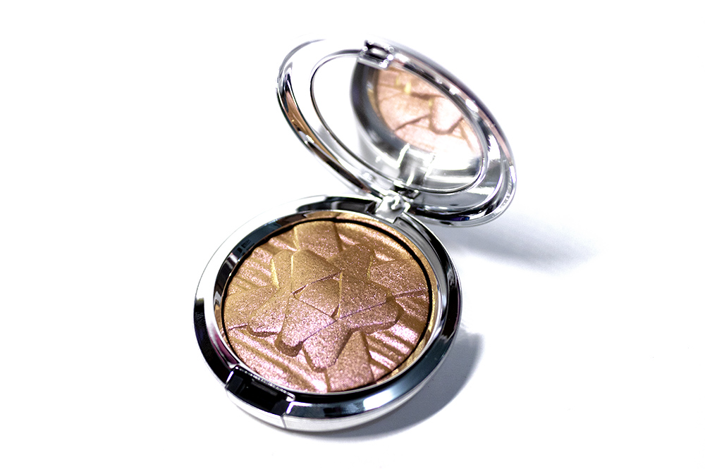MAC Cosmetics Holiday Skinfinish Snowflushed Highlighter Review